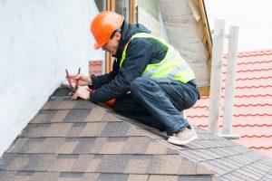 Mitarbeiter der Dachdeckerei Hoehne repariert ein Dach