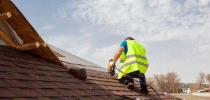 Mitarbeiter der Dachdeckerei Hoehne arbeitet an einem Dach