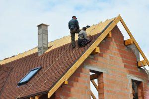 Dachdecker der Dachdeckerei Hoehne auf einem Dach